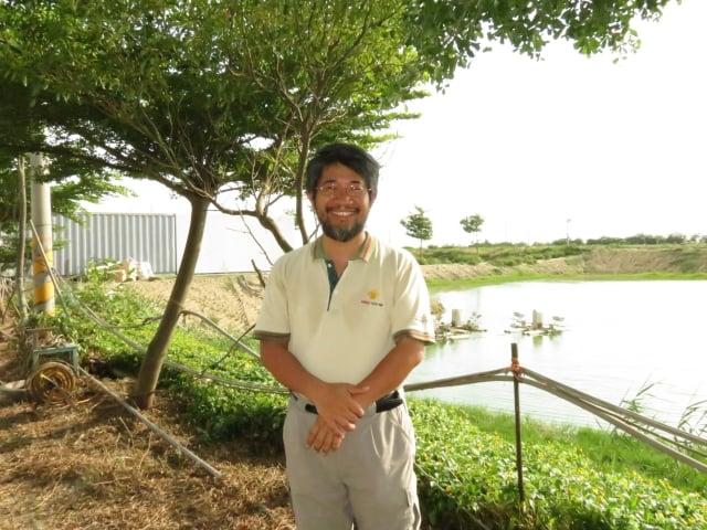 邱經堯的魚塭旁有樹有草生態完整,對外是不開放的,怕被汙染。後方水車正打氧氣入水。(記者李擷瓔/攝影)