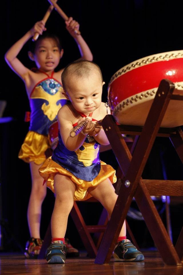 九天寶貝聯盟透過打鼓教學,開發身障幼童各項潛能。(寶貝潛能發展中心提供)