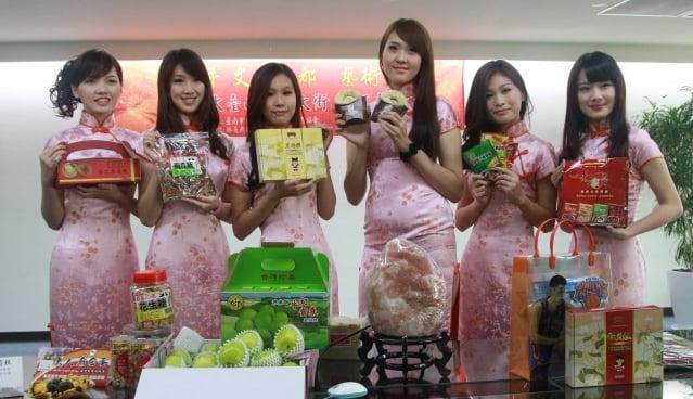 台南市國華友愛商圈結合走秀、人氣商品,推出特色魅力年貨大街。(記者賴友容/攝影)