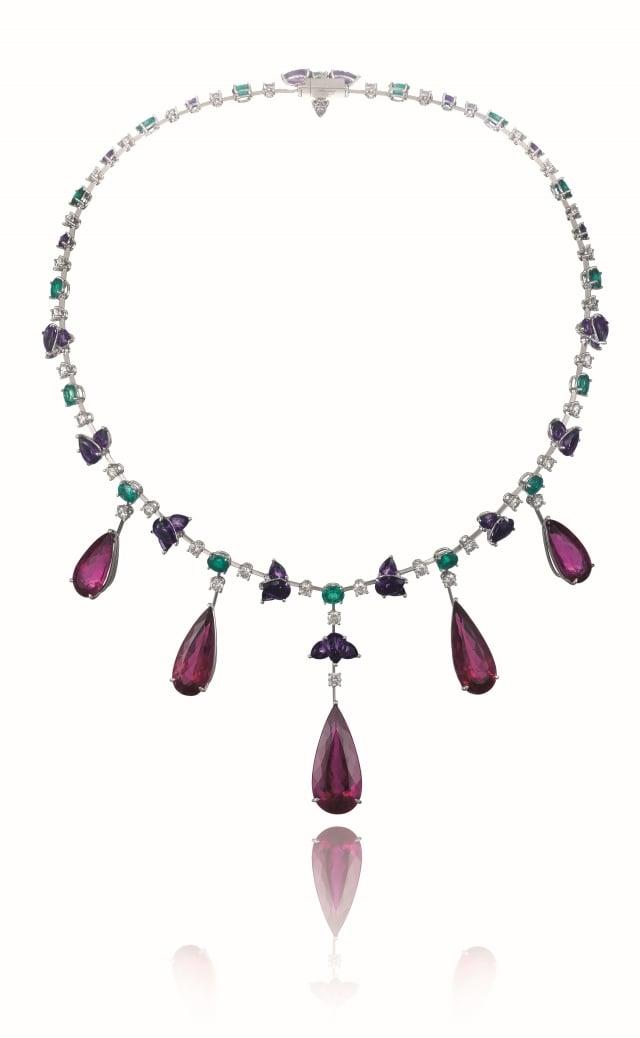 蕭邦Temptation系列珠寶項鍊鑲嵌5顆紅碧璽共重63.56克拉,售價NT$ 5,250,000。(蕭邦提供)