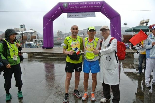 2013國際環台超馬賽,醫療團隊醫師高偉峰(右),與選手在首站基隆合影留念。(記者周美晴/攝影)