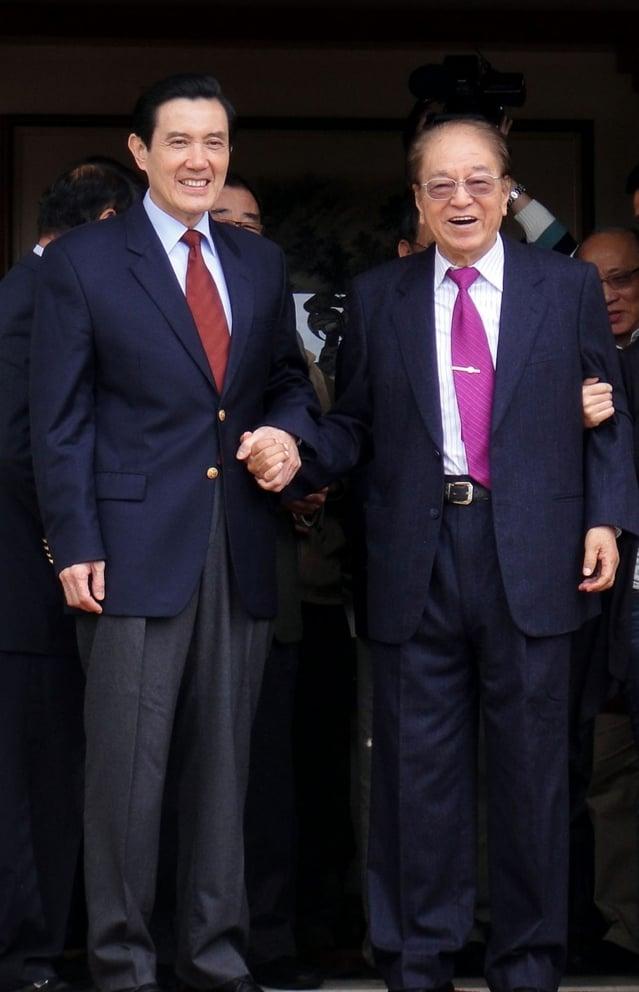 前總統府資政林洋港(右)13日晚間病逝,享壽87歲。圖為民國99年過年期間,總統馬英九(左)前往台中市大坑風景區,向林洋港拜年。(中央社)
