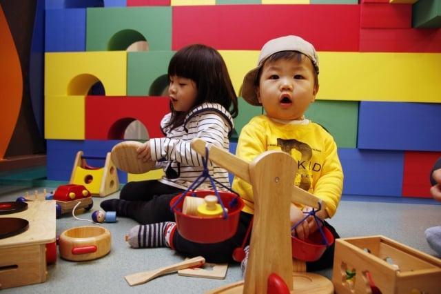 台北市第五座「大同親子館」今天22日正式開幕,台北市長郝龍斌說,「大同親子館」首次採「分齡分層」空間設計,讓6歲以下兒童、及兩歲以下小小朋友,都有各自安全的成長遊戲空間。(台灣世界展望會提供)