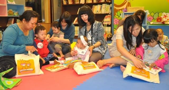 親子在幼兒專區共讀推薦好書(桃園文化局提供)