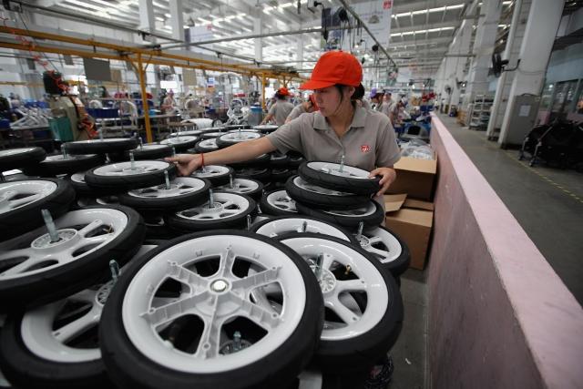 分析家指出,中國工廠活動和零售業雖有改善,但並未展現出強勁的回升,中國經濟的勢頭仍然疲軟。圖為江蘇省蘇州市崑山市的一家輪胎工廠。(Getty Images)