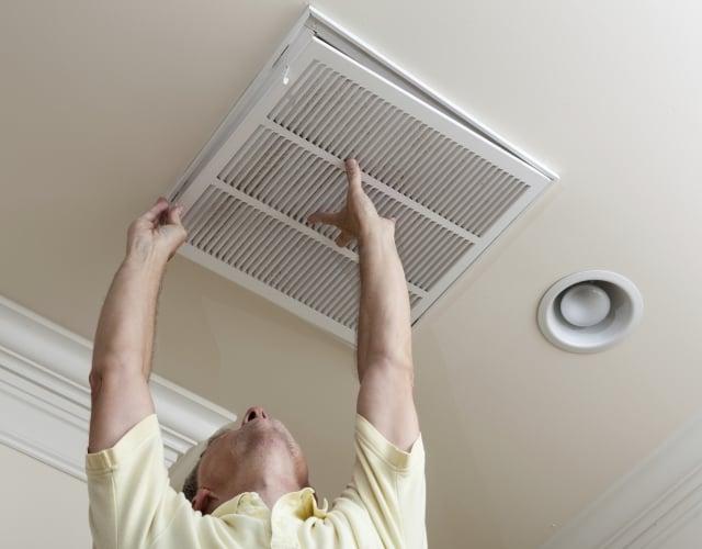 台灣潮濕易生黴菌,家庭冷氣濾網、辦公室空調需定期清理。(Photos)