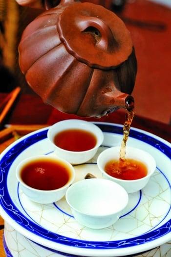 普洱茶的茶湯顏色深紅透亮,可以生津回甘。(祥龍)