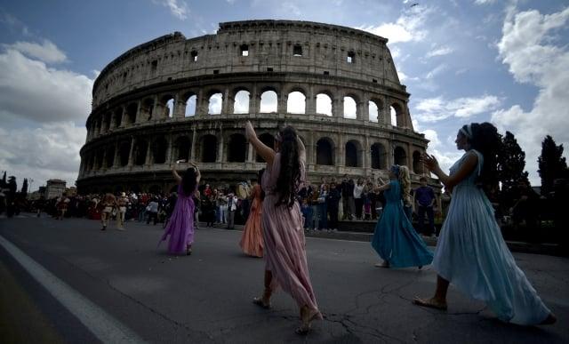 研究指出,古羅馬建物中的水泥抗侵蝕的能力特強,經過2千多年的考驗依舊結構完整。圖為義大利首都羅馬,人們參加慶祝遊行,紀念公元前753年的羅馬建城。(AFP)