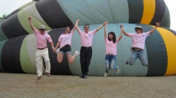 高雄市觀光局長許傳盛(中)帶領大家一起「飛吧!澄清湖」。(記者林秀文/攝影)
