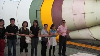 高雄市觀光局長許傳盛(右1)與民眾於球體內體驗拉動「排氣閥繩(控制熱汽球浮力)」。(記者林秀文/攝影)