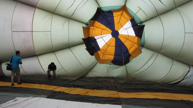 高雄特別從美國首次引進的一顆開放式的氣球球皮,讓原本只有正式飛行員才能進入的熱氣球球皮,得以開放讓民眾走進去體驗。(記者林秀文/攝影)