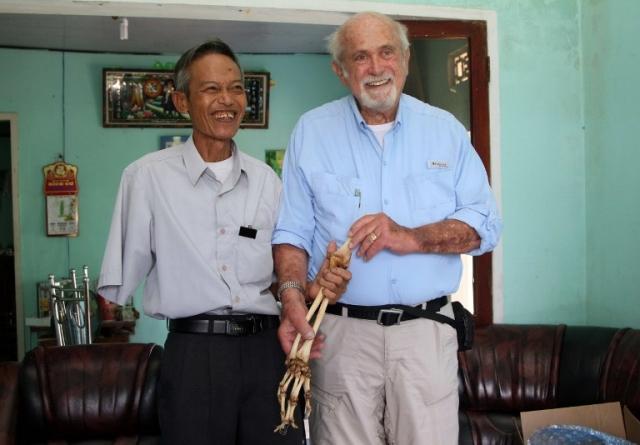 醫師艾克塞羅德(右)將阮光雄的右臂骨頭歸還給他。(AFP)