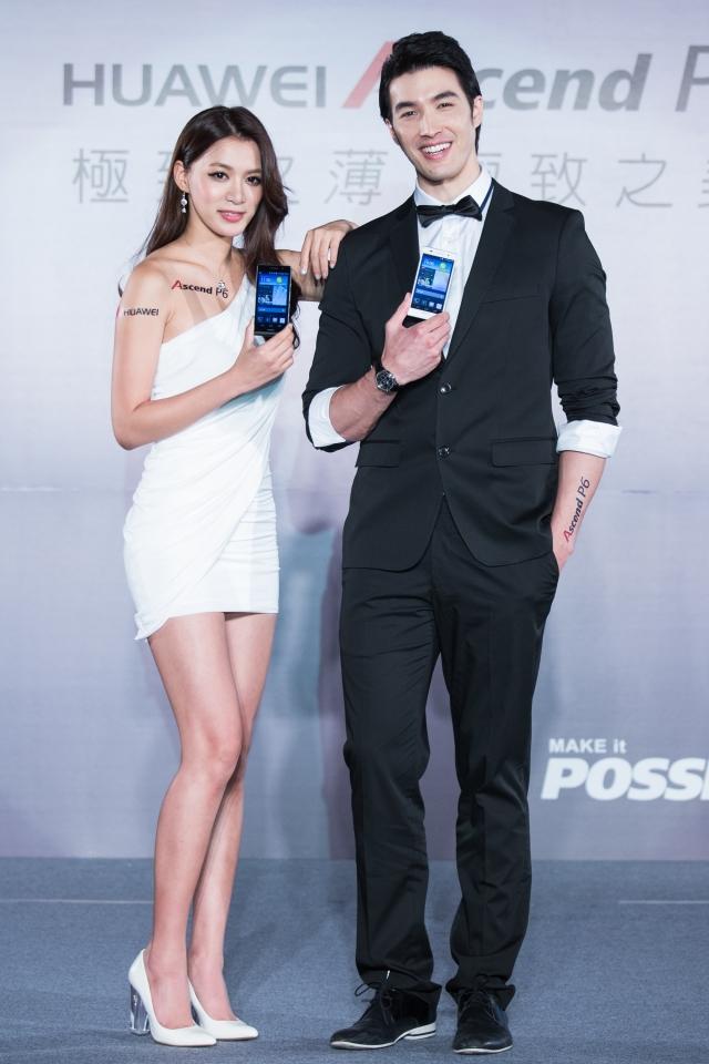 名模錦榮(右)和王思平(左)出席記者會走秀。(記者陳柏州/攝影)