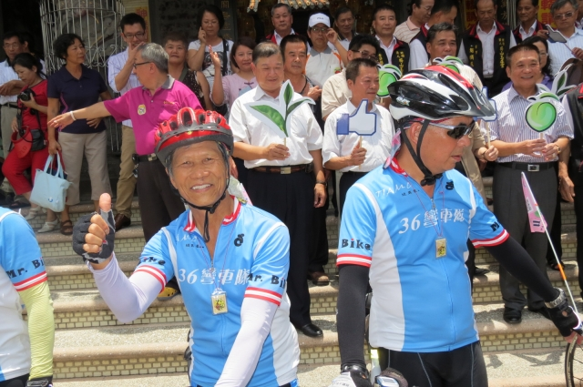 不老騎士老翁林忠柚(前左)以勇於自我挑戰精神自行車環島。 (記者蘇泰安/攝影)