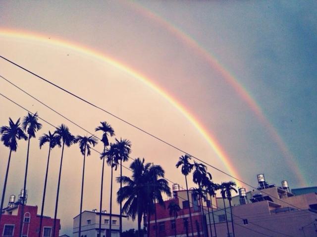 雨後出現難得的雙彩虹,民眾爭相拍照。(中央社)