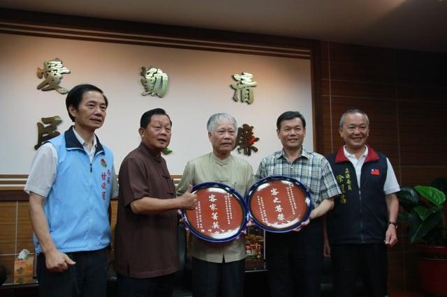 鄭榮興(右2)、張金松(右3)榮獲102年客家貢獻獎,接受縣長劉政鴻表揚。(記者許享富/攝影)