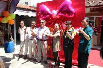 捐贈儀式由李麗裕總經理(中左)及縣長張花冠(中右)等人共同主持。(記者李擷瓔/攝影)