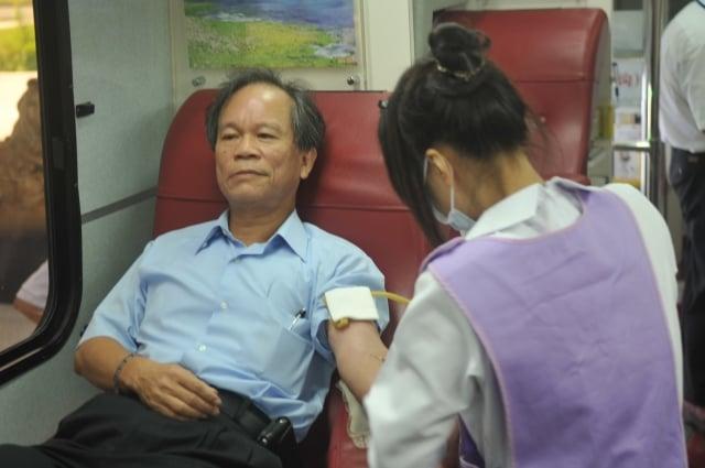 高雄煉製事業部執行長吳清陽,3日在高雄煉油廠中山堂捐血。(記者林秀文/攝影)