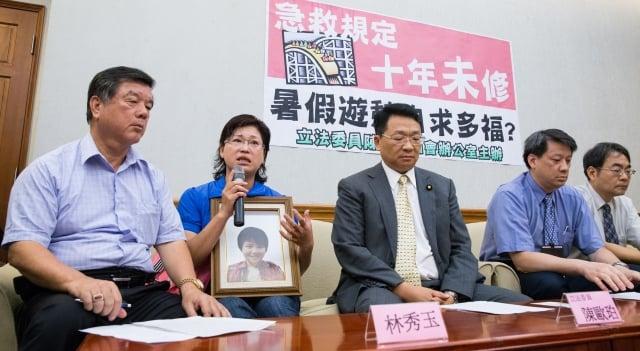 六福村設施玩到喪命的受害者家屬林秀玉(左2),3日在立委陳歐珀(左3)陪同下舉行記者會.(記者陳柏州/攝影)
