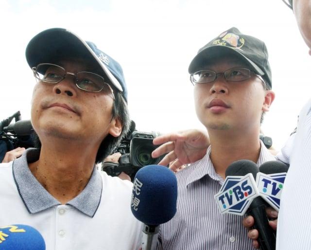 高等軍事法院檢察署17日上午傳喚參與洪案醫療救治的前醫官呂孟穎(右)等人。(中央社)