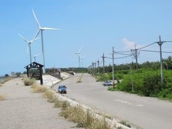 矗立在海岸上的風力車,展現了雲林海濱之美。(記者廖素貞/攝影)