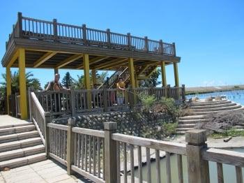 在「臨海園」遊客可以在這裡休憩或釣魚。(記者廖素貞/攝影)