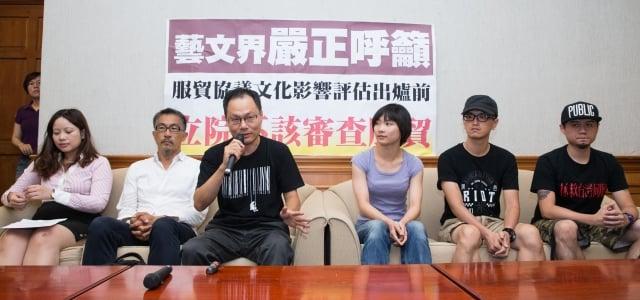 知名導演鴻鴻(左3)、樂團拷秋勤(右1、右2)等多名藝文界人士30日舉行記者會,要求立法院在文化影響評估報告出爐前,暫緩審查兩岸服貿協議。(記者陳柏州/攝影)