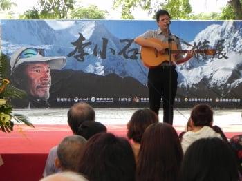 李小石長子李堯以吉他自彈自唱自己創作的曲目《聞君遠遊》,表達對父親的思念,讓與會者為之動容。(文/記者蔡上海、圖/記者蔡上海/攝影)