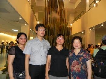 李小石遺孀林青青(右2)、長子李堯(左2)、長媳胡佩君(左1)與嘉義縣副縣長林美珠(右1),在「身在雲端的那刻」裝置藝術空間展場內合影留念。(文/記者蔡上海、圖/記者蔡上海/攝影)