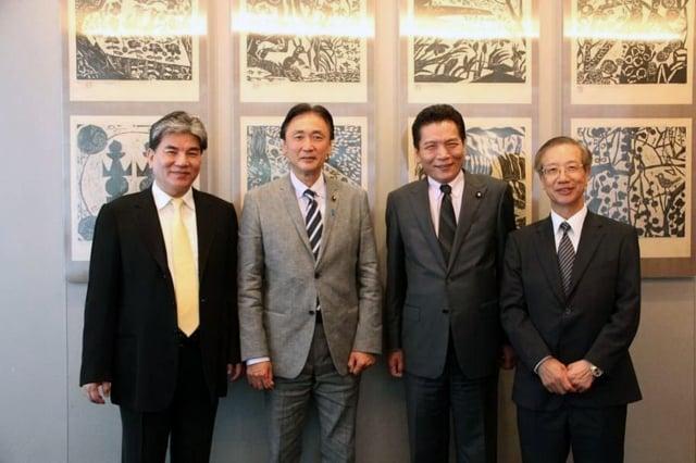 內政部長李鴻源(左)日前率團到日本考察災防組織和設施,由駐日代表處副代表羅坤燦(右)陪同,拜會內閣府防災大臣古屋圭司(左2)。(中央社)