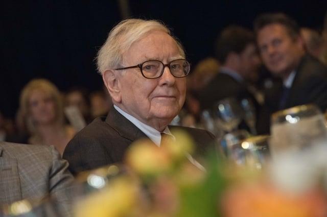 「股神」巴菲特旗下公司滿手現金,為了活化資金以增加收益,在兼顧大型併購目標難覓的現實下,正瞄準小型併購標的。(AFP)