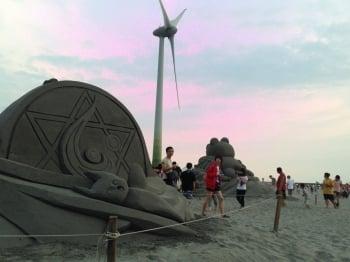 大安濱海夕陽,遊客如織,2座沙雕,供遊客拍照一週。(台中市政府提供)