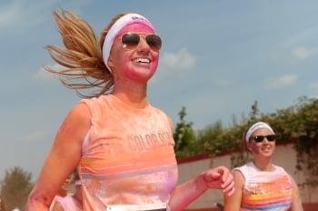跑者參加彩色路跑,身上被潑上繽紛的彩粉。(Getty Images)