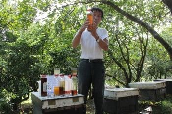 牧蜂農莊老闆簡徳源多次獲得國家級獎項。(緯來提供)