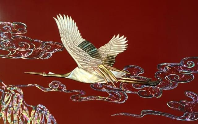 韓國最高漆器名匠鄭秀華歷時一年製作《金色長城》。圖為該作品上用螺鈿漆器技術製作的飛鶴。(記者全宇/攝影)