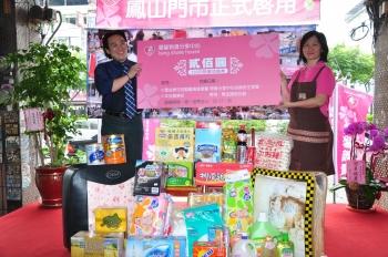 高雄市社會局長張乃千(左)與勵馨基金會物資分享中心物資媽媽,一同集結並展示各界愛心捐贈物品。(記者李晴玳/攝影)