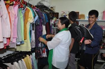 勵馨基金會物資分享中心義賣所得將挹注社服經費,來賓選購各界捐贈的愛心物品。(記者李晴玳/攝影)