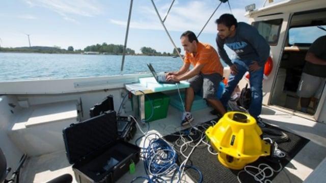 紐約水牛城大學的研究人員在伊利湖進行水下wi-fi實驗。(水牛城大學提供)