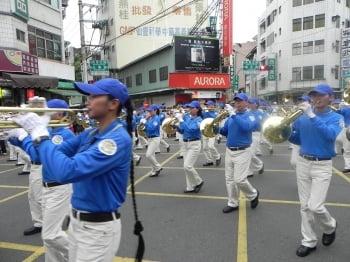 「台灣天國樂團」第3度應邀參加「嘉義市國際管樂節」的踩街活動,團員在行進間邁力演出的鏡頭。(文/記者蔡上海、圖/記者蔡上海/攝影)