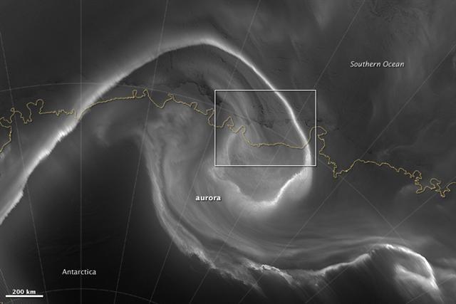 南極上空的極光(NASA)