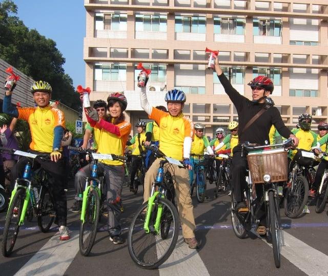 高齡單車壯遊活動,由屏東縣副縣長鍾佳濱(右1)領軍,鳴聲出發。(記者簡惠敏/攝影)