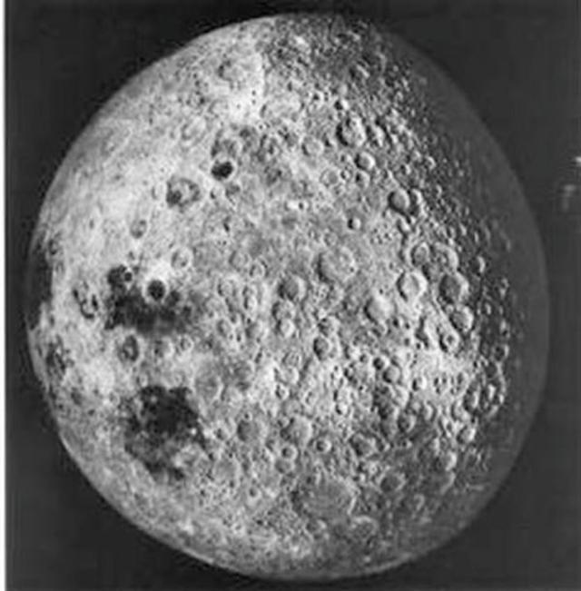 月球的背面坑坑窪窪,崎嶇不平,充滿小隕坑與山脈。(NASA)