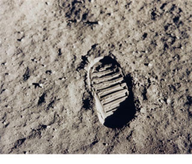 月球塵埃是很多複雜成分組成的黏性物質,並且散發出一股神祕的氣息。圖為1969年7月20日,阿波羅11號太空人登陸月球踩的腳印。(AFP/NASA)
