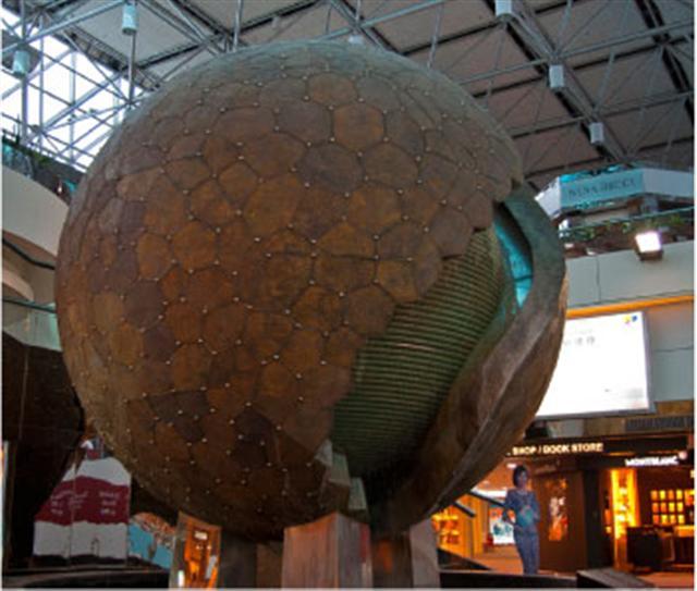 月球為史前文明的人造星球,其實際金屬殼體外形與當今台北中正國際機場第二航廈的一件圓球雕塑極其逼近。(席上珍/攝影)