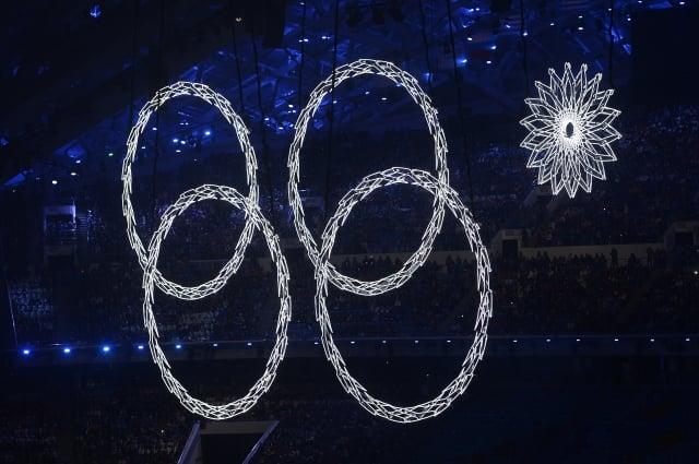 7日,冬季奧運會開幕式現場,奧運第五環被卡住只現出四環,也沒有煙花綻放。(AFP)