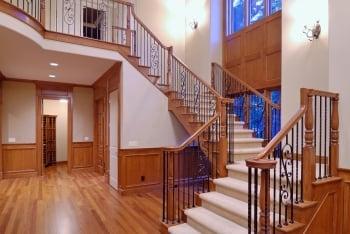 走道要盡量淨空,室內有樓梯也要注意扶手的穩固性。(Fotolia)