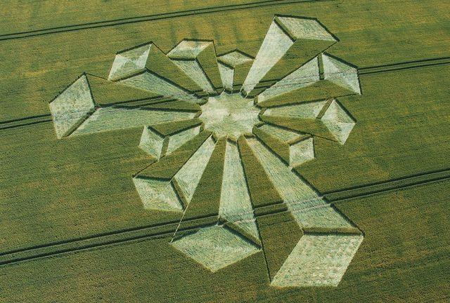 2006年7月在英國牛津郡發現的世界上首個立體麥田怪圈,其直徑為110米。(大紀元資料庫)
