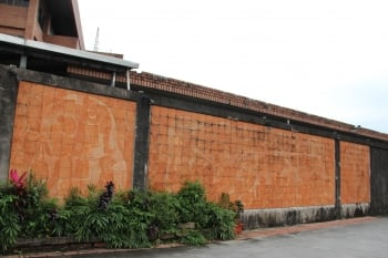 巨大的磚雕壁畫,呈現舊城文化風采。(記者謝月琴/攝影)
