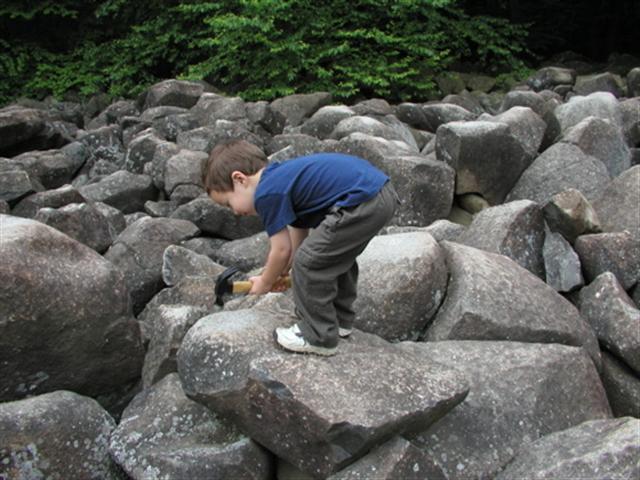 美國賓州響石公園(Ringing Rocks Park)的奇特石頭,在敲打之後會發出如金屬撞擊般的鏗鏘聲。(維基百科)
