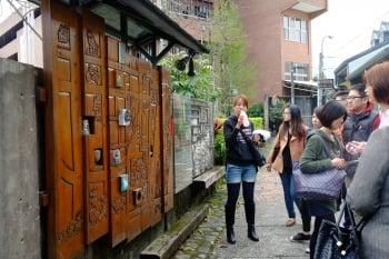 遊客看木雕社區地圖。(張雲涵提供)